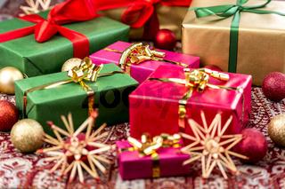 Weihnachtspäckchen mit Schleifen