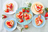 Little cakes with strawberries and cream