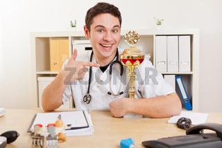 Arzt zeigt auf Pokal