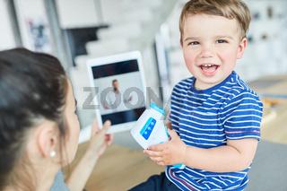 Lachendes Kind in der Online Sprechstunde