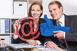 Business-Team hält Daumen hoch für Internet