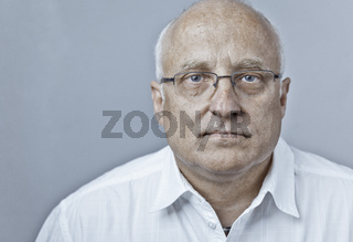 Arzt oder Manager in weißem Hemd