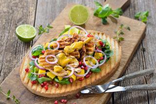 Toast mit Hähnchenbrust auf Feldsalat mit Mango