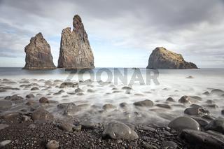 Vulkanische Felsformationen an der Steilküste bei Ribeira da Janela, Madeira, Portugal, Europa