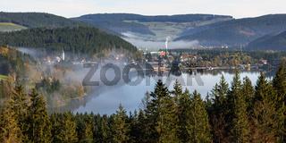 Frühnebel über dem Titisee im Schwarzwald
