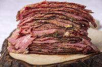 Stapel von in Scheiben geschnittenem Pastrami-Fleisch