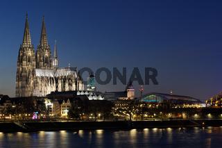 Stadtansicht Kölns mit Dom und Hauptbahnhof in der Abenddämmerung