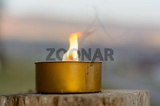 Kerzenlicht auf rustikalem Holzboden - Nahaufnahme