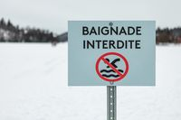 No swimming board on ice written in french