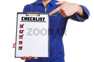 Handwerker mit Klemmbrett und Checklist