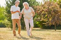 Glückliches Paar Senioren beim Spaziergang