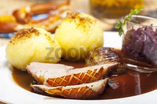 Bayerische Schweinebraten auf einem Teller