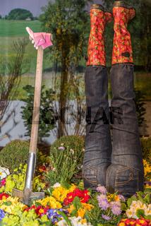 kreative Gartendekoration mit Gartenwerkzeug und Blumen