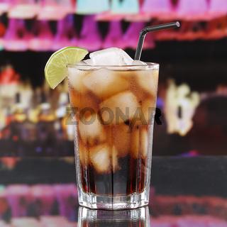 Cola Getränk oder Cuba Libre Cocktail in Bar