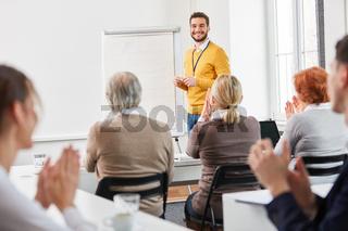 Gruppe bei Weiterbildung durch Business Seminar