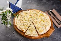 Pizza with pears and blue cheese