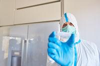 Mediziner in Schutzkleidung mit Coronavirus Medikament