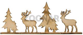 Aus Holz ausgesägte Hirschfigur mit dunklen Rändern und Tannenbäume aus Holz freigestellt auf Weiß