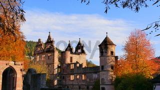 Blick auf das ehemalige Renaissance-Jagdschloss und Treppenturm in der ehemaligen Klosteranlage Hirs