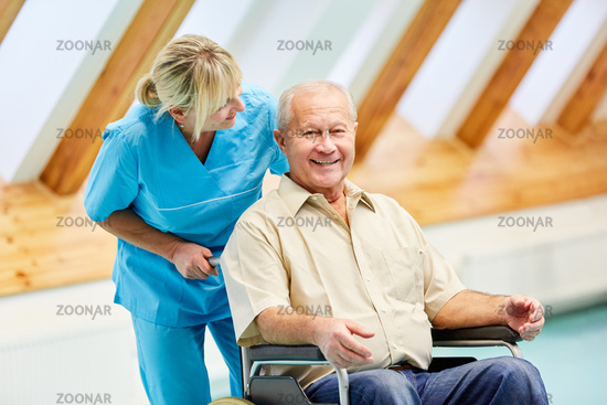 Altenpflege bei Senior Mann im Rollstuhl
