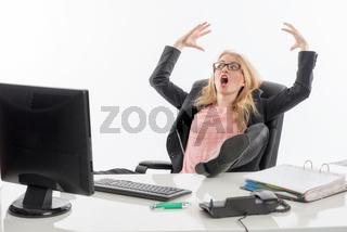 wütende geschäftsfrau am schreibtisch