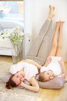 Mutter und Tochter bei Entspannung zu Haus