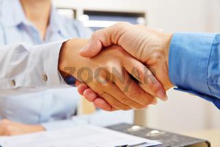 Business Handschlag im Büro