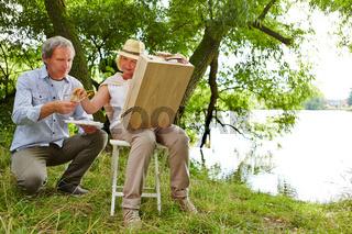 Maler und Assistent beim Malen