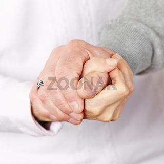 Glückliches Paar Senioren hält Hände