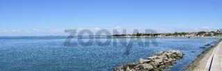 Panorama der Adria vom Badestrand Costa Azzurra in Grado mit Blick zum Horizont und nach Lignano