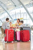 Familie beim Essen im Restaurant am Flughafen