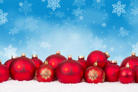 Weihnachten viele rote Weihnachtskugeln Textfreiraum Copyspace Weihnachtskarte Karte Dekoration Schneeflocken Schnee Winter