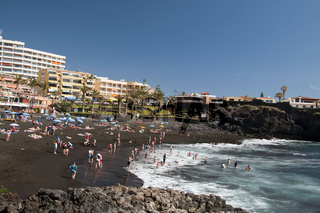 Badende in Playa de la Arena in Alcala, Teneriffa, Kanarische Inseln, Spanien, Europa
