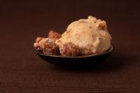 Selbstgemachte Eiscreme mit gebrannten Mandeln