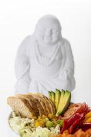Buddhaschale mit Huhn auf Holz