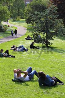 Park an der Princes Street in der schottischen Hauptstadt Edinburgh am Nachmittag