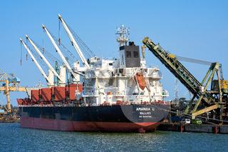 Der Massengutfrachter Amanda C im Hafen von Swinoujscie