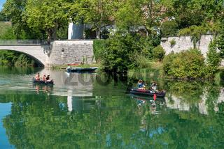Kanuten auf dem Rhein beim Kloster Rheinau