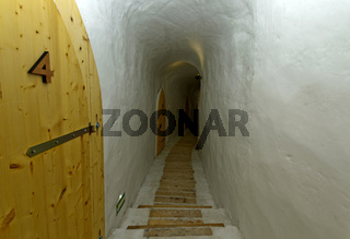 Gang im Eishotel, Iglu-Dorf Gstaad,  Kanton Bern, Schweiz
