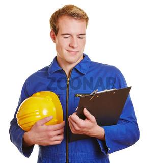 Bauarbeiter mit Klemmbrett und Helm