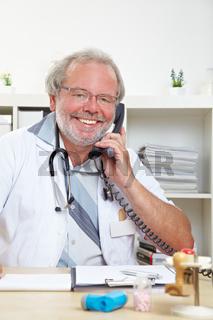 Lächelnder Arzt am Telefon