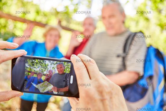 Hände halten Smartphone beim Fotografieren