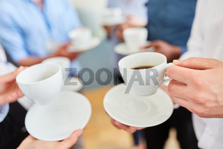 Gruppe Geschäftsleute beim Kaffee trinken in Pause