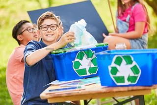 Kinder lernen Recycling und Umweltschutz