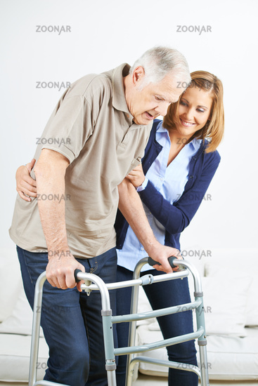 Krankenpfleger hilft Senior beim Gehen