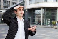 Manager navigiert mit Smartphone