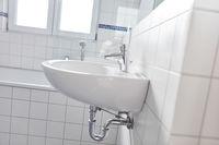 Wei0ße Fliesen im Badezimmer mit Waschbecken und Wanne