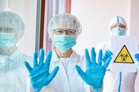 Ärzte schließen überfüllte Klinik wegen Covid-19