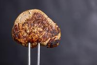 gegrilltes Steak auf einer Fleischgabel