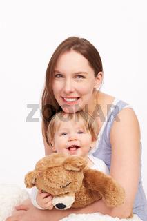 Mutter und Kind lachen gemeinsam